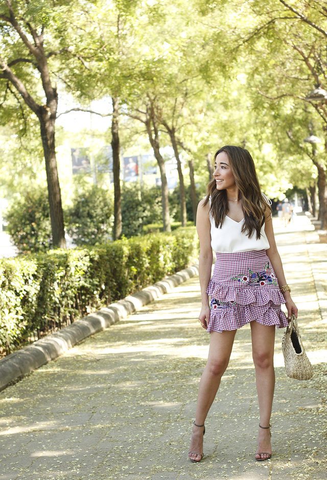 The vichy print makes it clear that you can achieve very fun combinations and change the basics, the common day to day and make it something new that everyone wants to imitate. This flight skirt with vichy print and Shein flowers is definitely eye-catching. It is combined with a simple Uterque white top and a high-heeled Zara sandals.