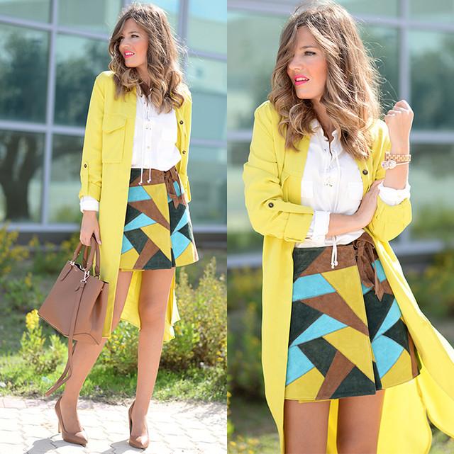 Look super colorido para el otoño con un trench amarillo combinado con una falda patchwork que combina distintos colores. Los complementos en camel.