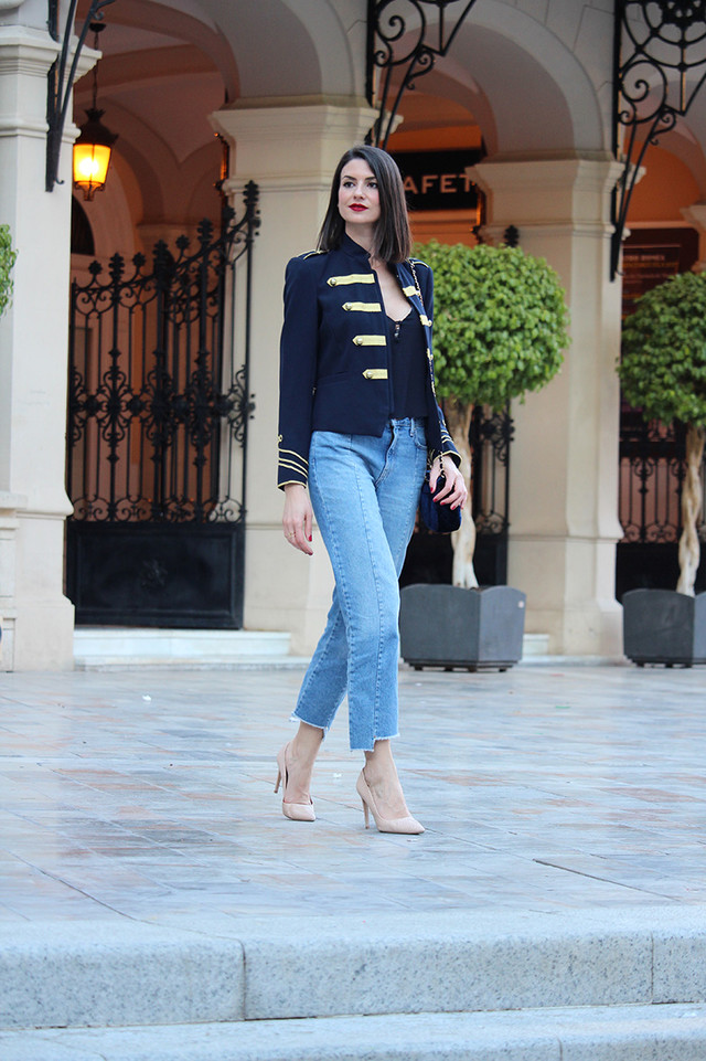 Military jackets are trendy in all of their versions. I combined it with jeans with an asymmetric bottom and stilettos.