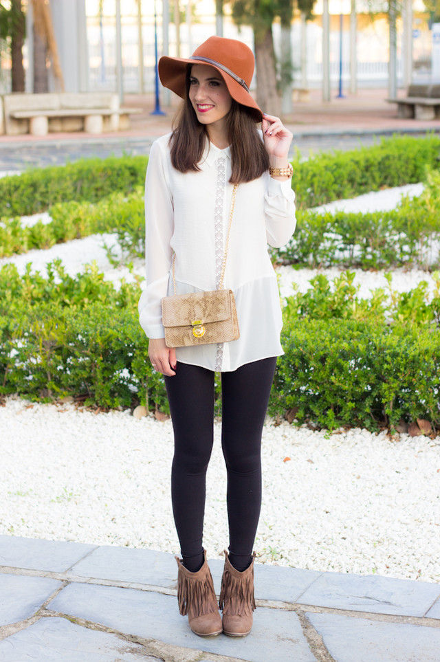 A simple look made up some black leggings and a flowing white shirt, but add some fringed boots and a hat to give it a special touch to the whole look and an animal print bag is the icing on the cake ;)
