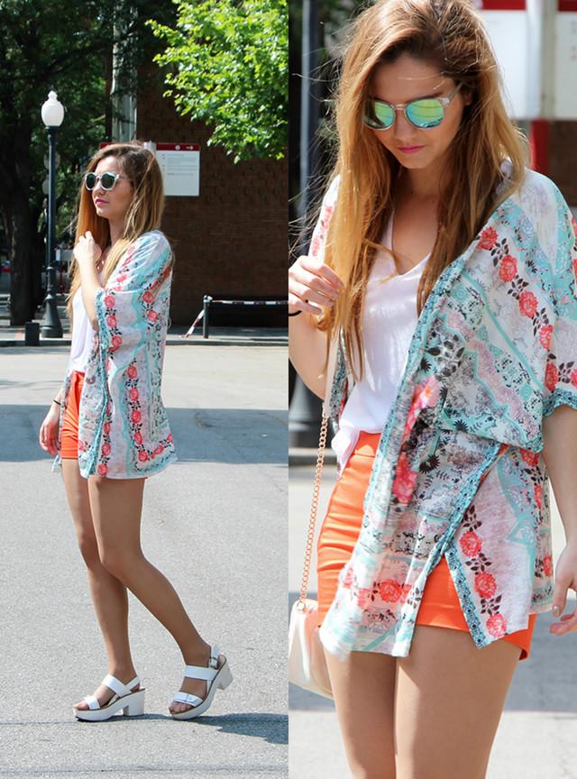 Um look muy casual pero colorido con un kimono floral y unos shorts naranja. Las sandalias cómodas blancas para acabar todo el look.