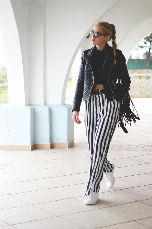La combinación blanco y negro no tiene porque llevar a un look clásico. Unos pantalones acampanados combinados con sneakers que rompen el estilo clásico y le dan un toque moderno y original.