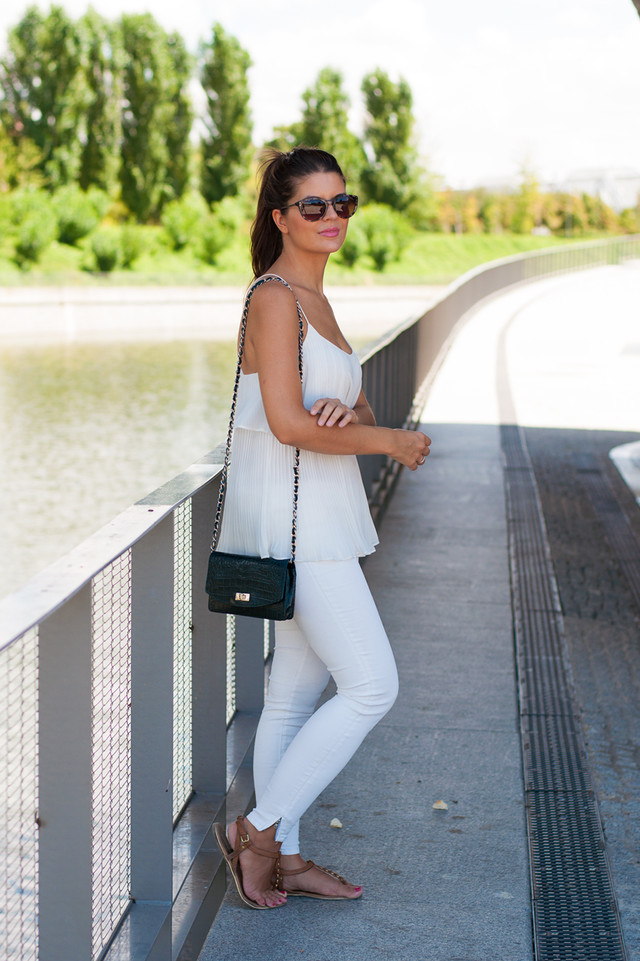I love the total white looks with a touch of colour in the accessories.