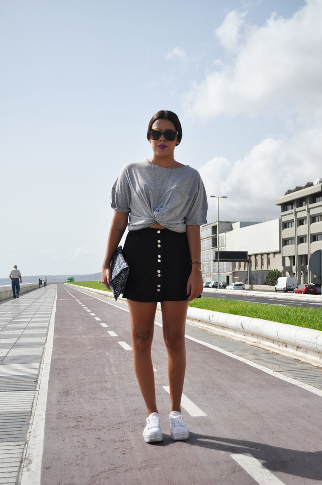 He elegido una falda de ante junto con una camiseta gris anudada a modo de crop top, es un look perfecto para una tarde de compras o para ir a tomar algo.