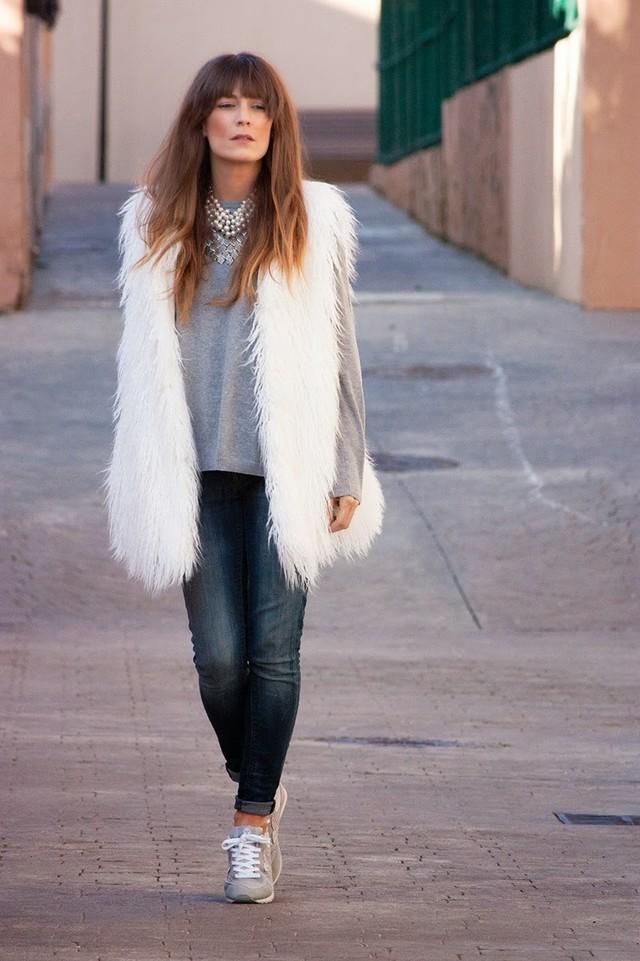 Un look sport chic con dos prendas casual, como el sweater de punto fino y los skinny jeans, combinadas con estas zapatillas Yumas y un chaleco largo de pelo en blanco para poner el toque trendy al outfit.