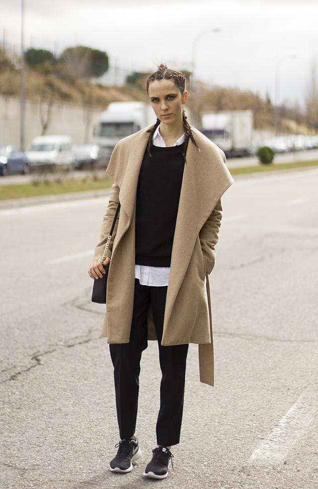 Outfit muy casual y cómodo en tres colores básicos, el blanco, negro y el camel. El peinado y el bolso le dan ese punto más sofisticado al look.