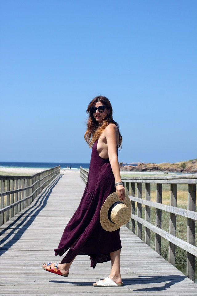Un look perfecto para un día de playa, con vestido largo de estilo boho y sombrero canotier