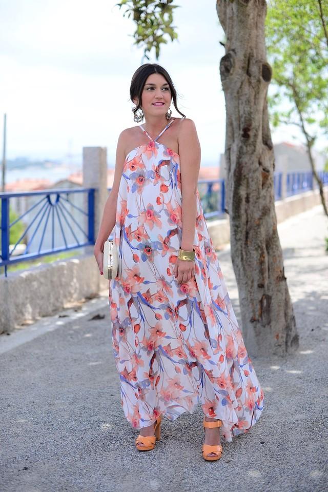 Vestido vaporoso de estampado floral en tonos naranjas y lilas, perfecto para un evento especial.