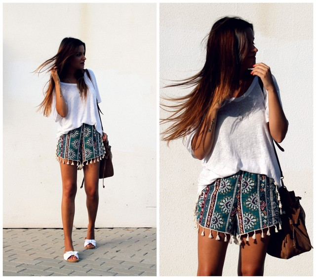A comfortable look for those hot summer days. Shorts printed with tassels, wide white shirt and sandals Miss Espartinas.