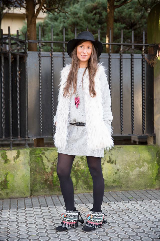 En este look llevo unos cubrebotas diseñados y realizados por mi. Lo combiné con un vestido de punto gris y un chaleco de pelo.