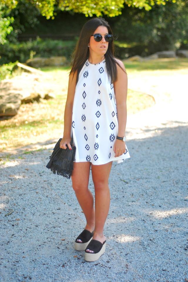 Un vestido súper fresco para un paseo una tarde de verano. Con la tendencia del momento, el cuello halter.