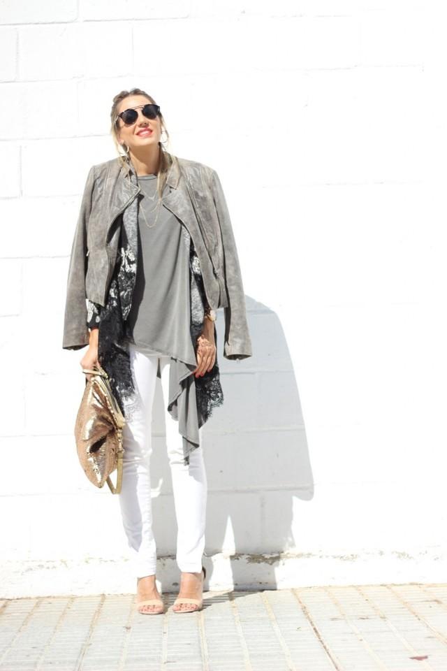 Look a capas, compuesto por una camiseta básica asimétrica, encima una rebeca estampada gris y negra y una chaqueta. Llevo también unos jeans blancos con sandalias en beige y bolso de lentejuelas.