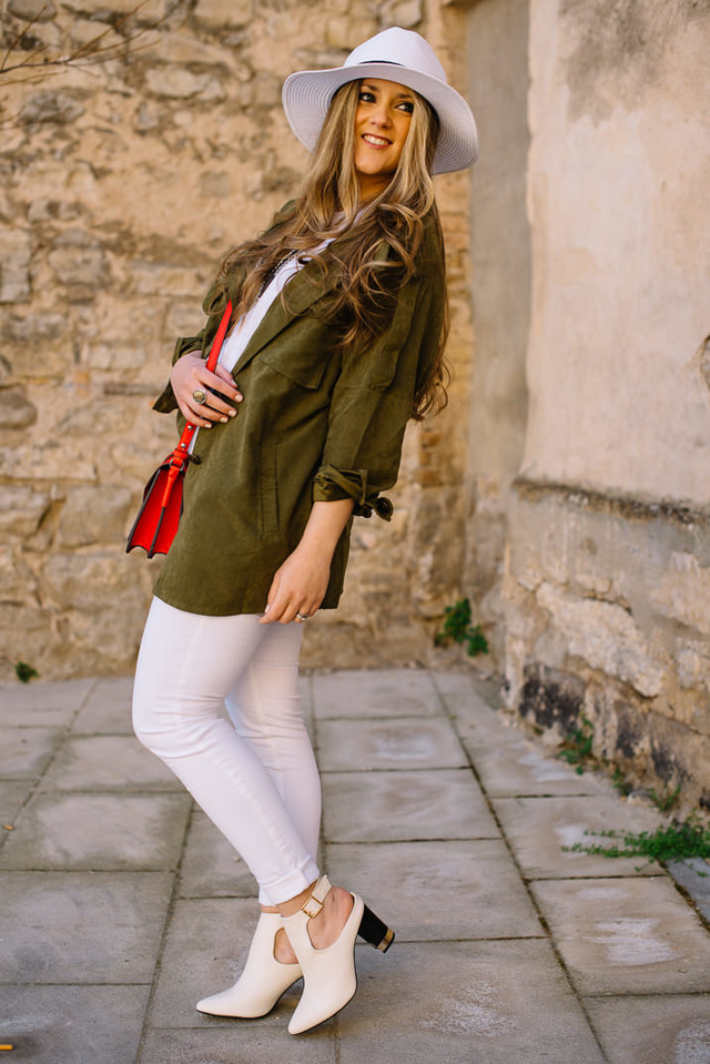 Today I want to show you this khaki trench coat which is perfect for spring, the perfect trench to protect us early in the morning and at the afternoon.nHoy quiero enseñaros éste trench en color caqui ideal para la época de entretiempo, muy combinable y perfecto para el día a día.n