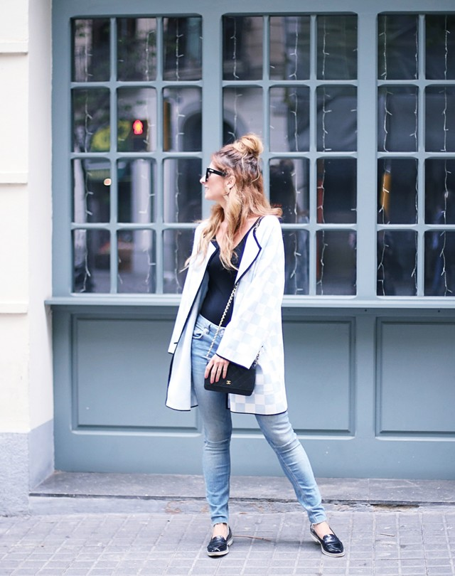 The protagonist of the look is this cardigan in white and blue. The rest are simple garments, a black body, jeans and moccasins.
