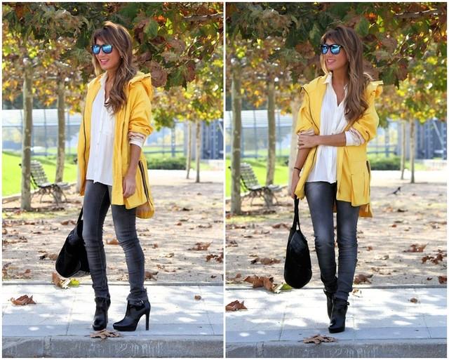 Un outfit muy básico en el que destaca esta parka amarilla con capucha incluida. Los botines de tacón le dan un toque chic al outfit. Este mismo look con unas sneakers quedaría mucho más casual-sport.