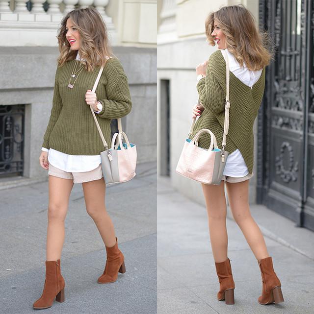 Jersey verde caqui con un escote cruzado en la espalda de lo más original. Combinado con tonos neutros como la camisa en blanco o los botines marrones.