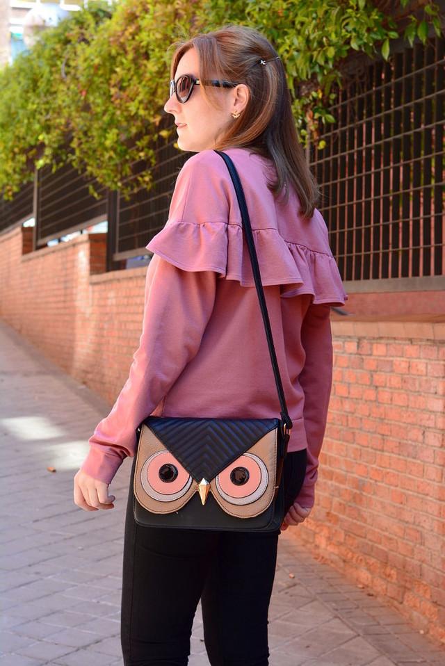 Un outfit casual con prendas básicas con este sweater en rosa, mi bolso de búho y unos mocasines con pelo, los cuales añaden un giro a este look.
