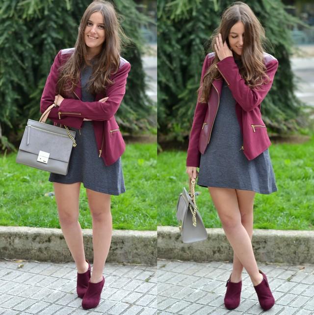 Vestido gris, cómodo y perfecto para cualquier ocasión, combinado con chaqueta y botines de tacón burgundy.