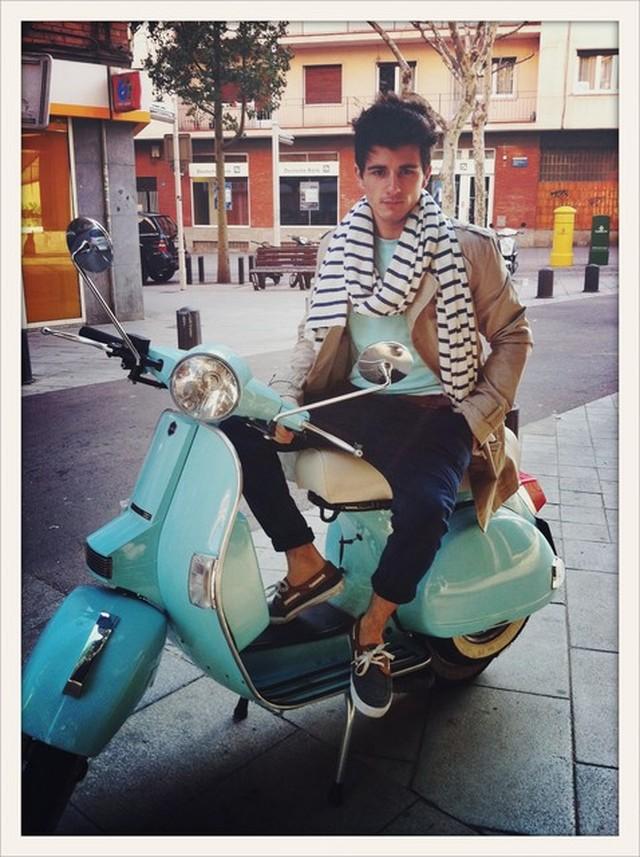 Me encanta vestirme cual ego-blogger los sábados por la mañana e irme a dar una vuelta en moto por la soleada Barcelona.