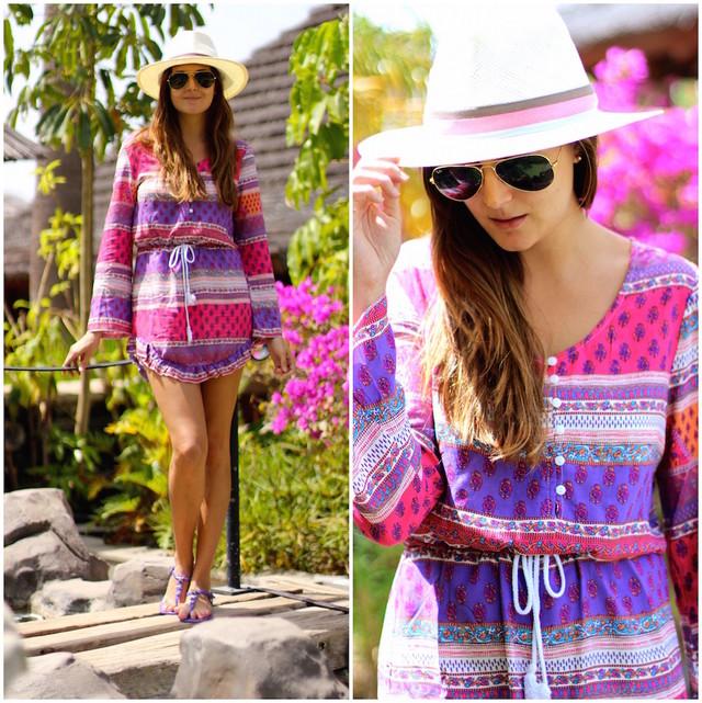 Outfit súper colorido con un vestido en tonos fucsias y violetas, ideal para ir a la piscina.