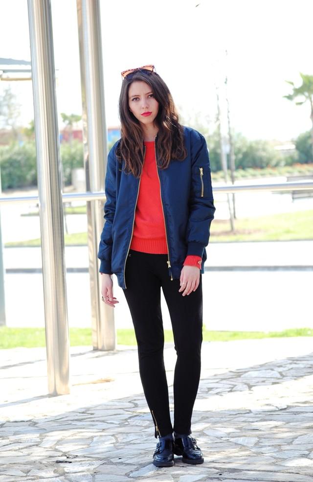 Outfit con bomber resaltado gracias a un jersey anaranjado y unos labios rojos, un look perfecto para ir a la universidad.