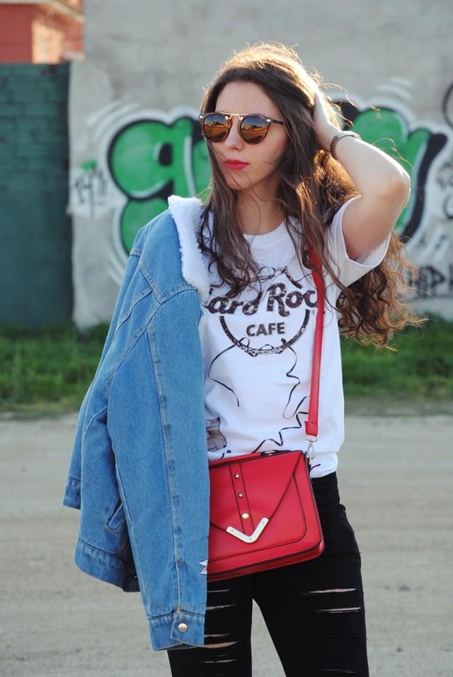 Look perfecto para ir comoda pero sin dejar de ser chic. El bolsito rojo le da al outfit el toque de color necesario.