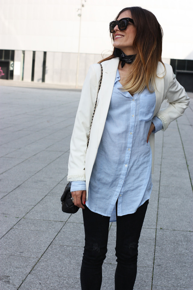The oversize style stills being trend and it really help us create different looks. In this outfit I combined an oversized stripped shirt with a white blazer and black jeans, perfect for going to work!