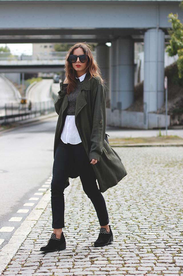 Un look perfecto para el otoño con colores oscuros y una prenda básica: un trench!