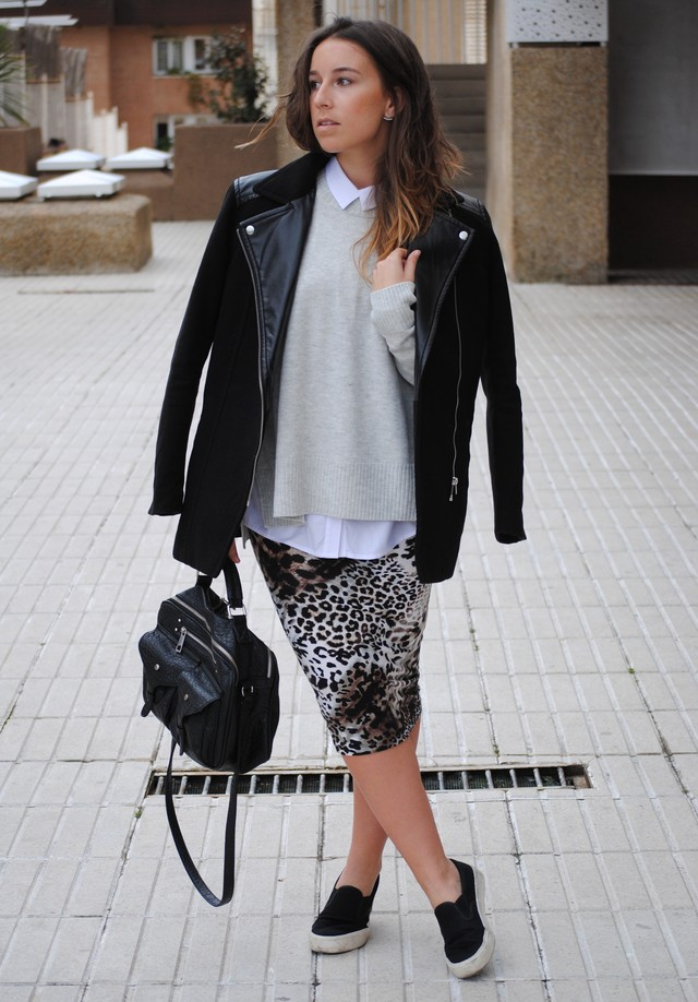 Un look desenfadado a partir de prendas muy chic como la falda lápiz de leopardo y la camisa combinada con el jersey. Le he dado el toque deportivo con las zapatillas y el bolso estilo bowler negro.
