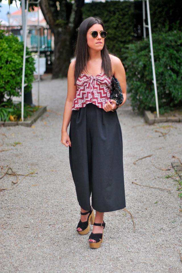 Un look algo arreglado, para ir a tomar algo una noche de verano. Con los culottes que son última tendencia, que he combinado con un taconazo y un croptop.