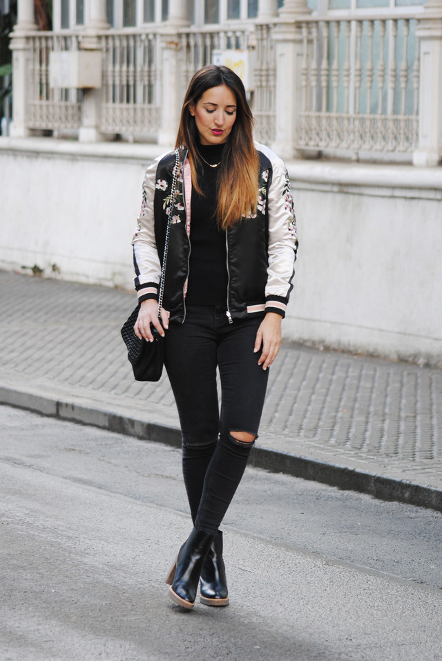 I really love the bomber jackets. This embroidered jacket is an absolutely madness! Do you like it?