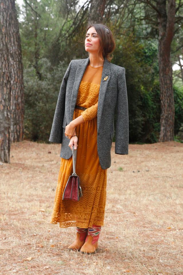 Creo que este otoño voy a vestir vestidos románticos, flores y americanas masculinas. ¡Es tan bohemio! El look de hoy esta inspirado en el color de los bosques en esta época, por eso nos fuimos a las afueras de Madrid a hacer esta sesión.
