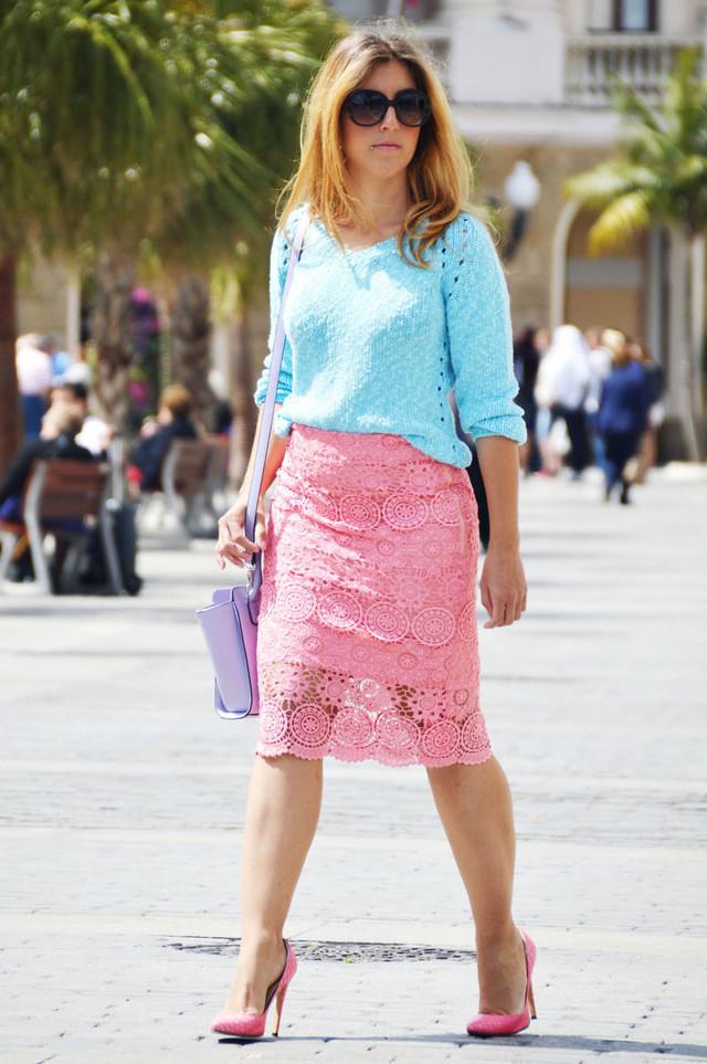 Look muy femenino con prendas en tonos pastel y la falda estilo crochet, que tanto se va a llevar este verano.