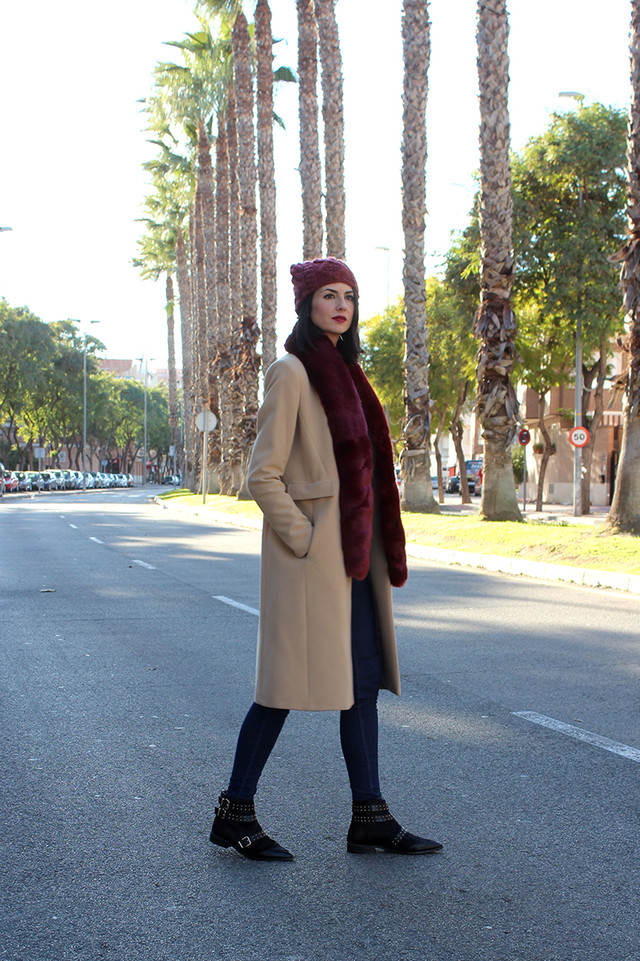 A warm look perfect for these cold days. The main piece of the outfit is this burgundy stole that adds a really chic touch to this casual look.