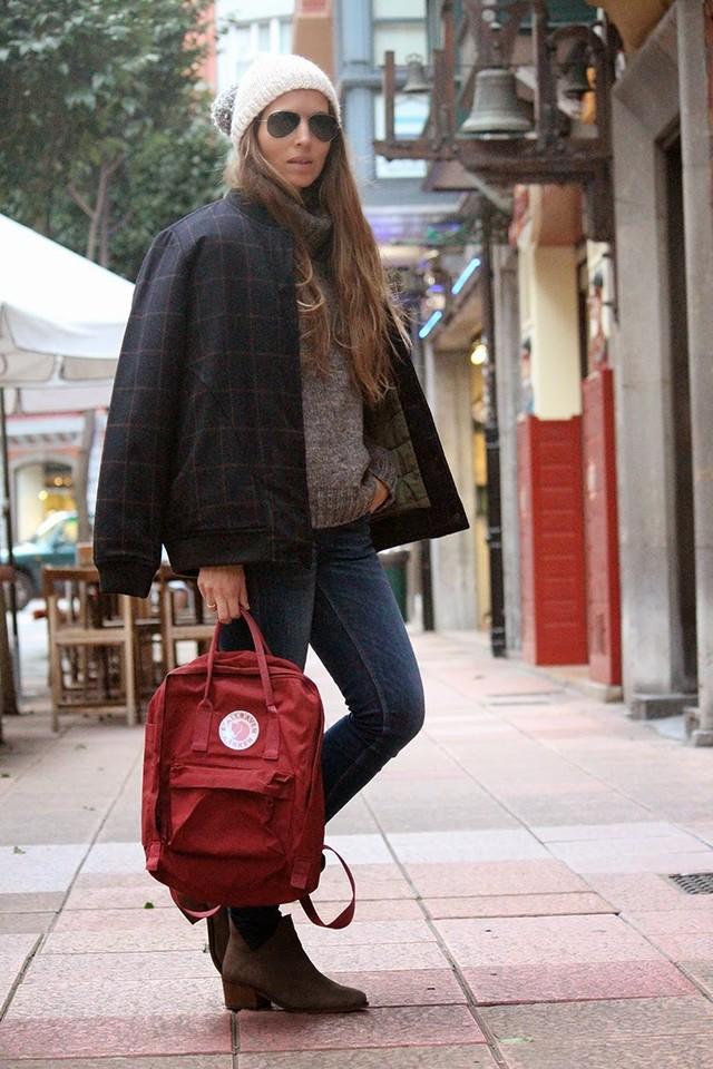 Un look muy cómodo para los días más fríos de invierno. La mochila como sustitución al bolso, le da un toque muy juvenil y desenfadado.