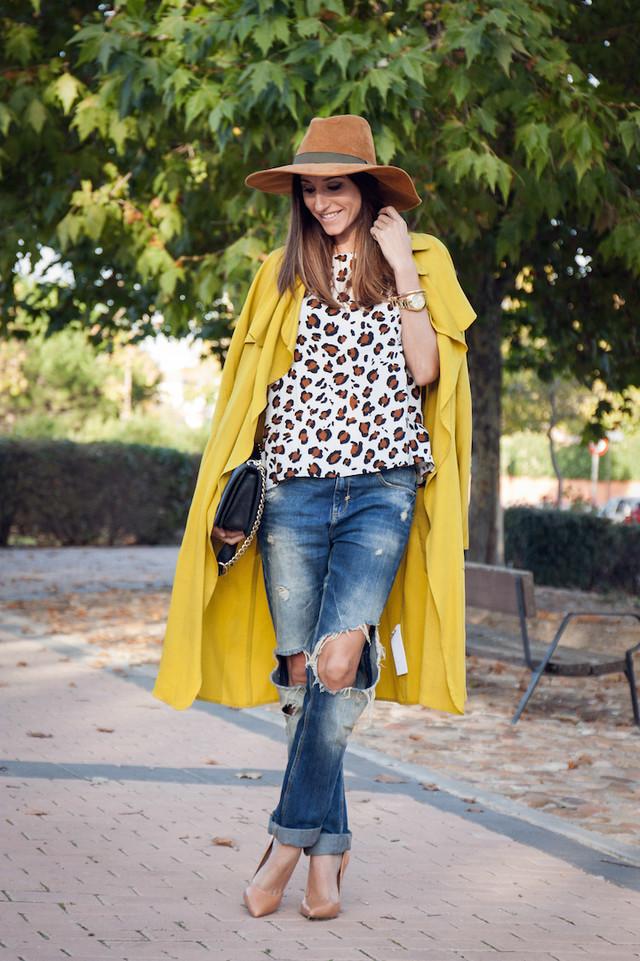 Look con boyfriend combinado con top de print animal y trench en color lima. El sombrero no puede faltar si quieres darle un toque chic a tu outfit.