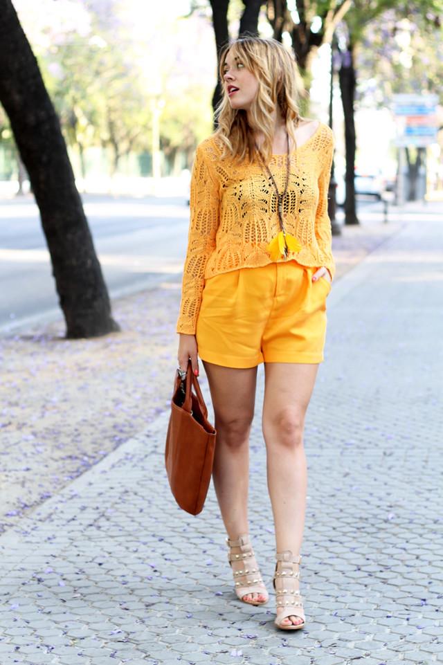 Llega el verdadero calor y los colores vivos inundan nuestro armario, como este conjunto en naranja clarito, ideal para estas temperaturas.