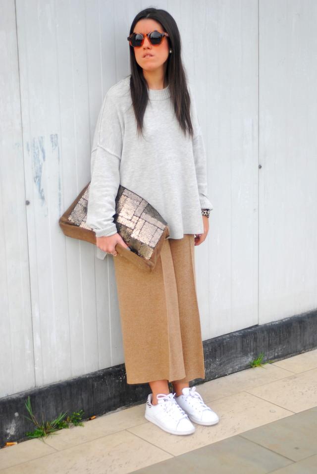 Un look muy cómodo, en tonos camel y gris, con los cullottes que son totalmente tendencia esta temporada.